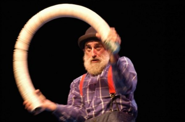 Avner the Eccentric in Exceptions to Gravity; photo by Marie Clauzade