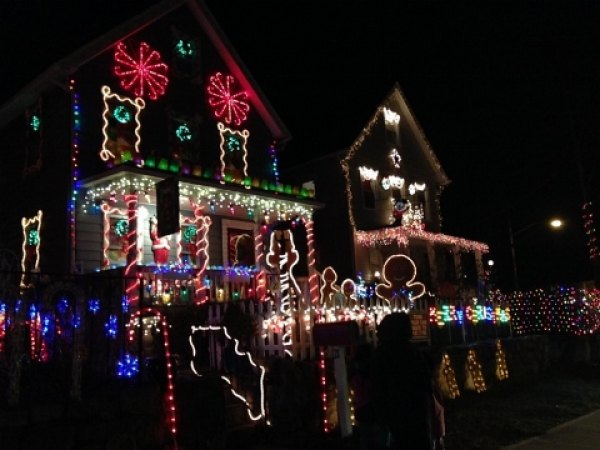 Tune your car radio to a specific frequency to see the North Kensico Christmas<br/> Light Show synced to classic Christmas tunes